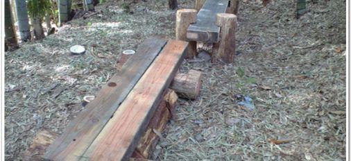 自然と同化する木造ベンチ
