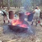 無煙炭化器で竹を炭にする