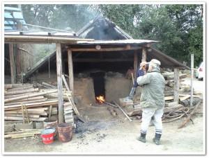 竹炭を作る碧い海の会のメンバー