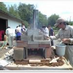 窯の熱漏れを土で塞ぐ