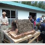 かまぼこ型のピザ窯を土で覆う