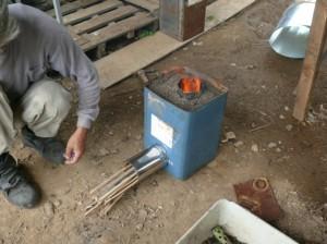 横穴から薪ものを入れる