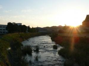 千歳中学校の横を流れる茜川