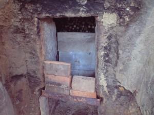 炭焼き窯の入口を閉める