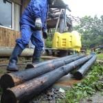 焼いた杉を磨く
