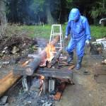 杉の丸太を焼く